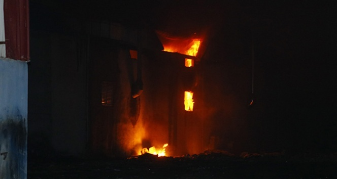 Adana'da plastik fabrikasında yangın çıktı