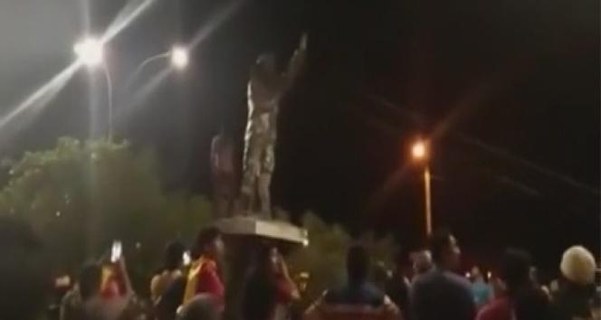 Bolivya'da muhalifler Chavez'in heykelini yıktı