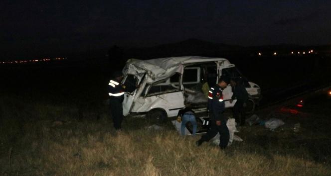 Niğde'de tarım işçilerini taşıyan minibüs takla attı: 14 yaralı