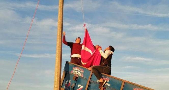 Köylüler, Türk bayrağını köyün en tepesinde dalgalandırdı