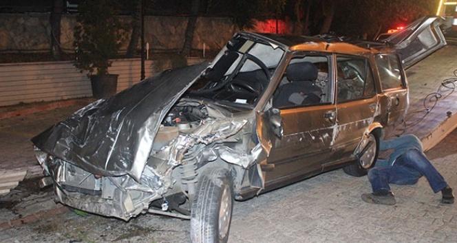 İstanbul'da otomobil restoranın bahçesine girerek devrildi: 2 yaralı