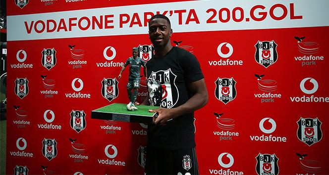 Diaby'ye maçtan önce 200. gol plaketi