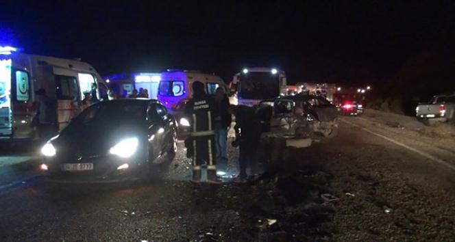 Bursa'da yolcu minibüsü otomobille çarpıştı, 2 ölü 20 de yaralı var