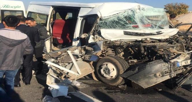Mardin'de öğrenci servisi tırla çarpıştı: 3'ü ağır 8 yaralı