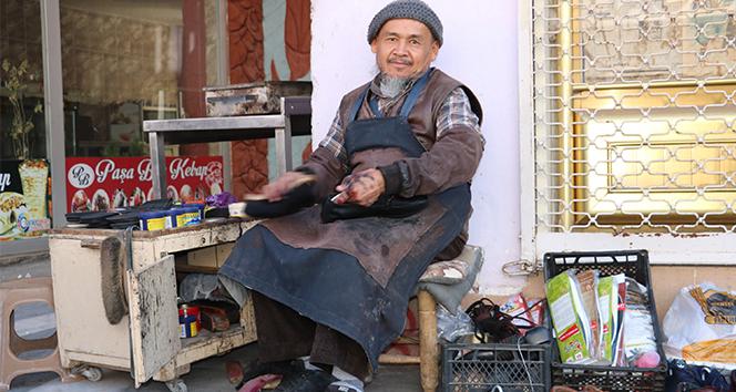 Rus saldırısından kaçan Özbek Türkü, Suriye sınırında ayakkabı boyacılığı yapıyor