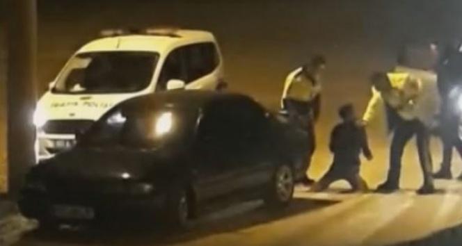 Ehliyetsiz alkollü genç, polisin dur ihtarına uymadı, dayak yedi |O polisler görevden uzaklaştırıldı