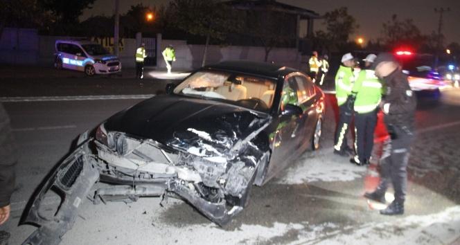 Polis aracına otomobil çarptı: 2'si polis, 3 yaralı