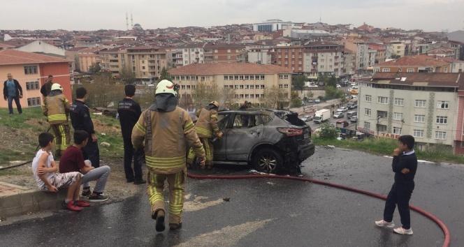 Sultangazi'de park halindeki cip alev alev yandı