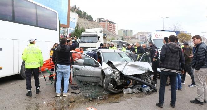 Karşı şeride geçen otomobil hafif ticari araçla çarpıştı: 3 yaralı