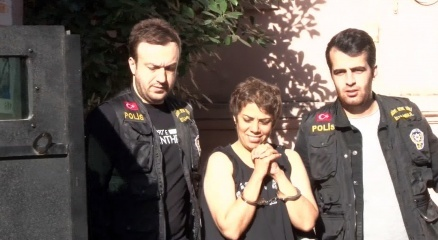 Karaköyde başörtülü kızlara saldıran kadın tutuklandı