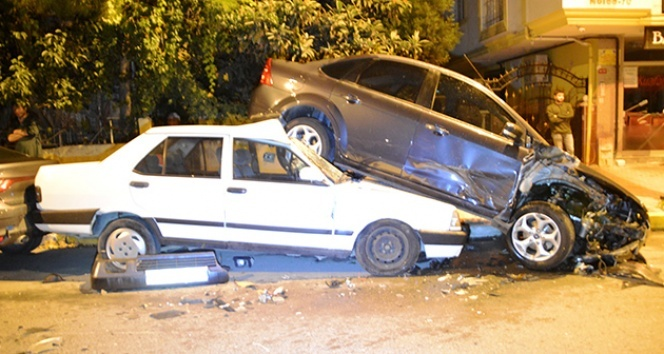 İstanbul'da polisten kaçan 2 kişi 6 araca çarptı