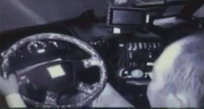 Minibüsün sürücüsü direksiyon koltuğundan böyle fırladı