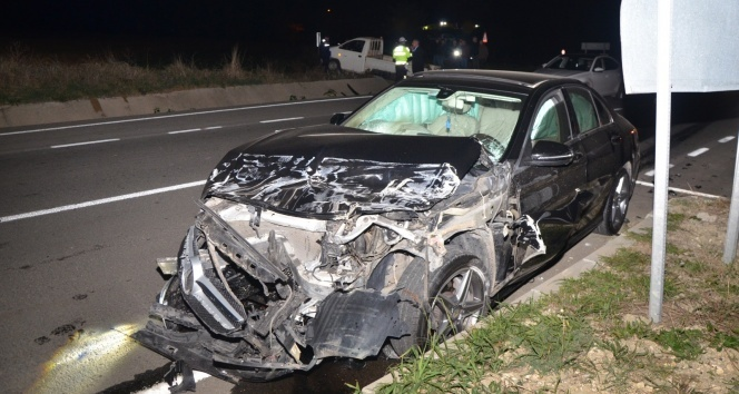 Otomobille çarpışan kamyonetin şoförü kaçtı: 2 yaralı