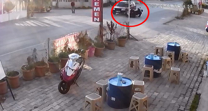 Otomobil ile motosikletin çarpışması kamerada