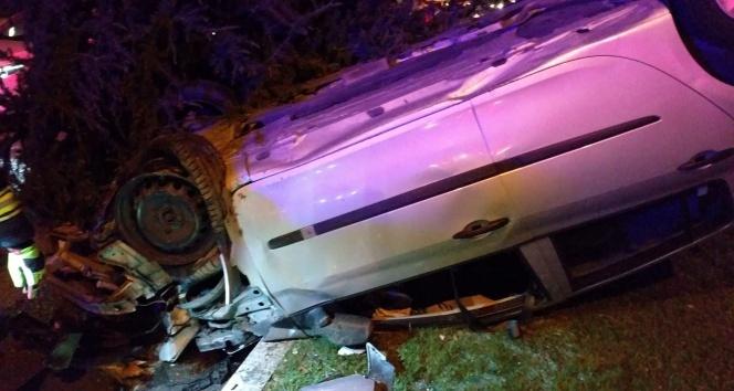 Takla atan otomobil refüjdeki ağaçlar sayesinde durabildi: 2 yaralı
