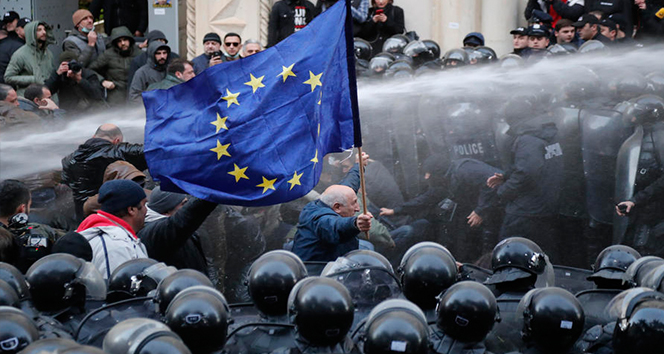 Gürcistan polisinden eylemcilere müdahale: 18 gözaltı