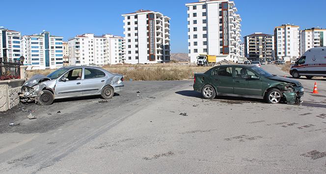 Elazığ'da iki otomobil çapıştı: 12 yaralı