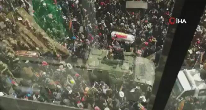 Polis müdahale etti, göstericiler tabutları bırakıp kaçtı