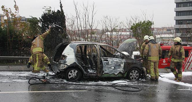 Zeytinburnu'nda seyir halindeki otomobil alev alev yandı