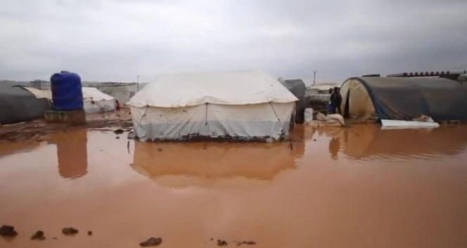 İdlib'te mülteci kampı sular altında