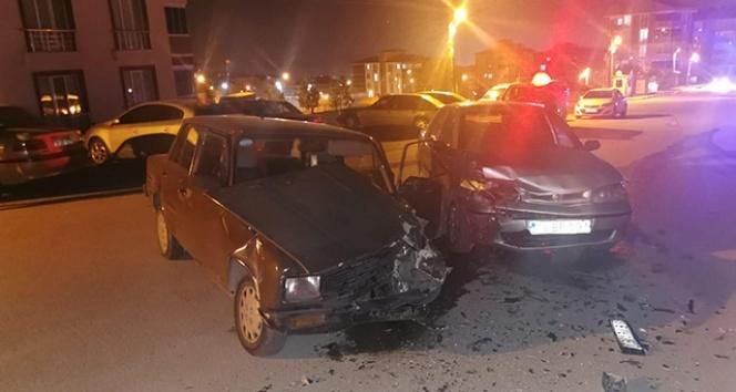 Karabük'te iki otomobil çarpıştı