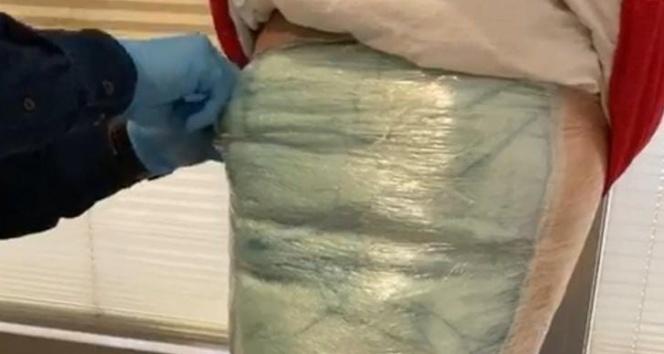 Streç filmle vücuduna sardığı uyuşturucuyla uçağa binmek isterken yakalandı