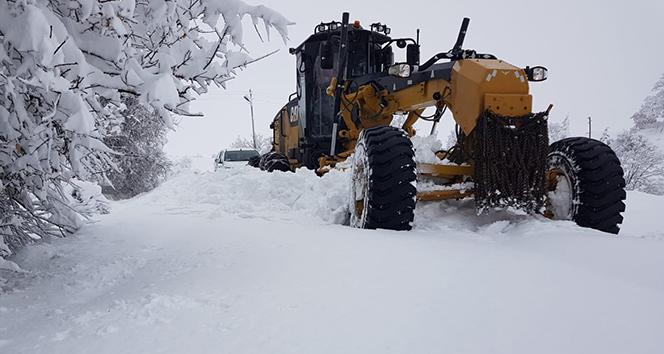 Kar 4 köy yolunu ulaşıma kapattı