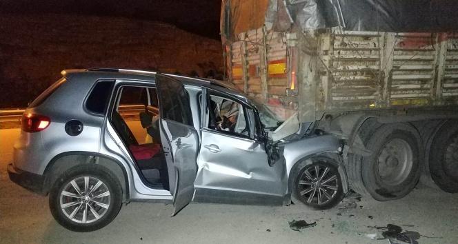 Otomobil park halindeki tırın altına girdi: 1 ölü