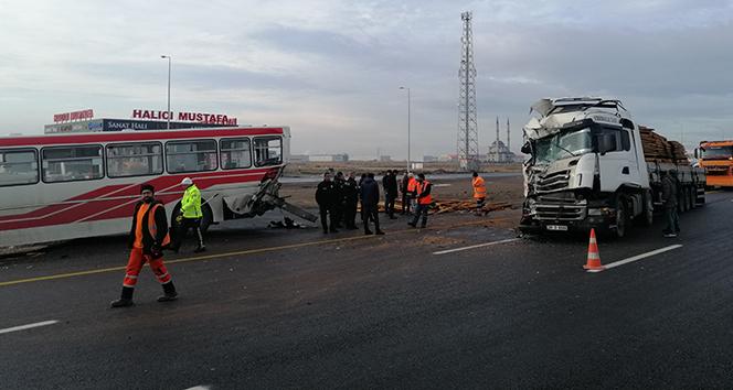 Tır durakta yolcu alan belediye otobüsüne çarptı: 11 yaralı