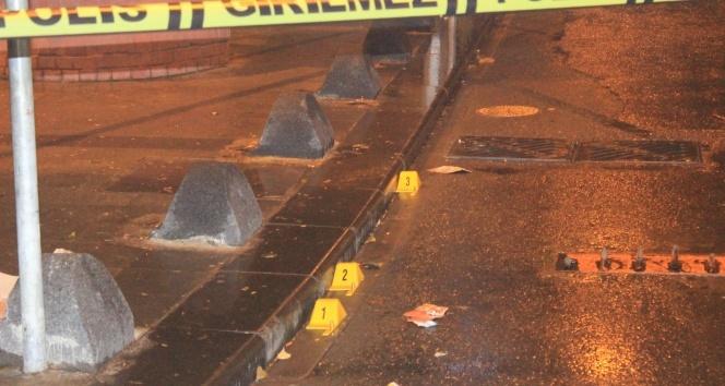 Beyoğlu'nda motosikletli şahıslar parkta sohbet eden gruba ateş açtı: 2 yaralı