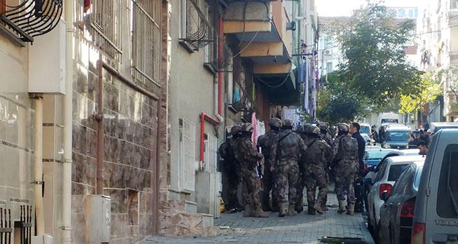 Gaziosmanpaşa'da cezaevi firarisi polise ateş açtı, annesini yaraladı