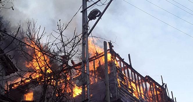 5 kişilik aile, kış vakti çıkan yangında evlerini kaybetti