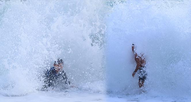 Dev dalgalarda tehlikeli oyun