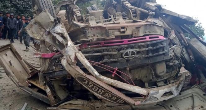 Nepal'de otobüs şarampole yuvarlandı: 14 ölü, 16 yaralı