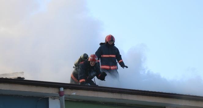 Okul çatısı alev alev yandı öğrenciler panik yaşadı