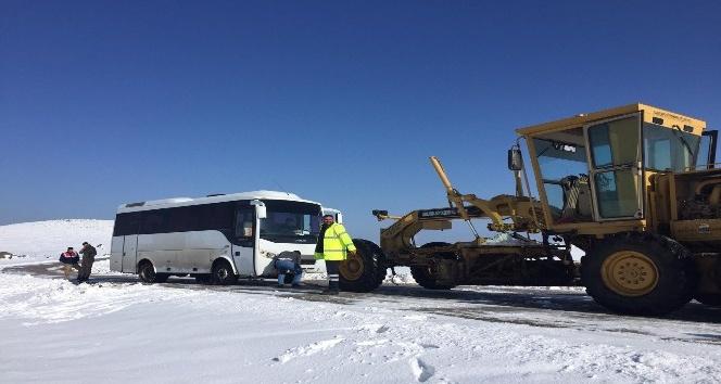 Şanlıurfa'da kapanan yollar ekipler tarafından açılıyor