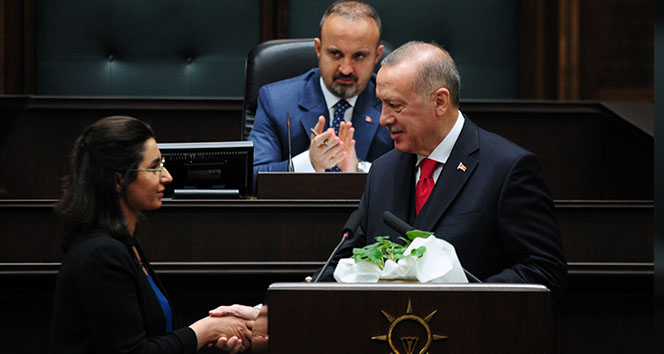 Cumhurbaşkanı Erdoğan, kürsüyü şehit Mehmet Şirin Demir'in kızına bıraktı