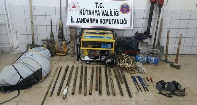 Altın dolu lahit bulma umuduyla kazı yapan 3 şüpheli yakalandı