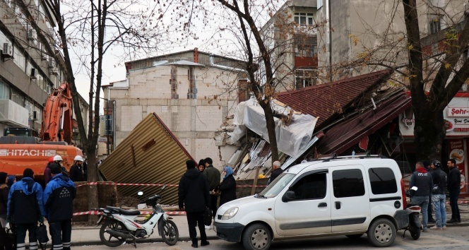 Sakarya'da bina çöktü, işçiler bina altına kalmaktan son anda kurtuldu