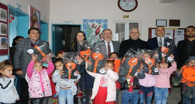 Köy okulu öğrencilerine karne sürprizi