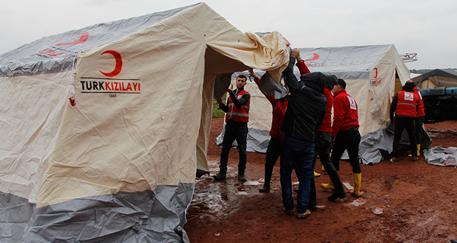 Saldırılardan kaçan Suriyeliler boş arazilere çadır kuruyor