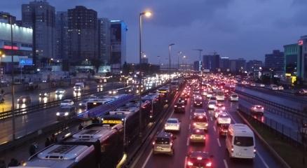 İstanbulda yarıyıl tatili ve olumsuz hava trafiği kilitledi