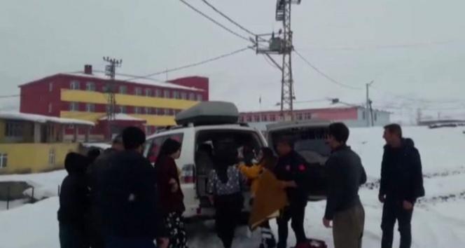 Kar yolları kapattı, doğum sancısı çeken kadın kurtarıldı