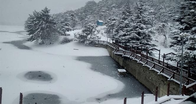 Boraboy Gölü'nün yüzeyi buz tuttu