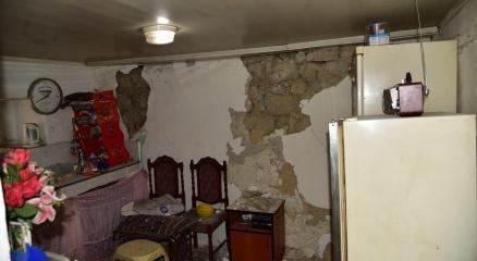 Deprem Akhisar ve Kırkağaçtaki binalarda hasara neden oldu