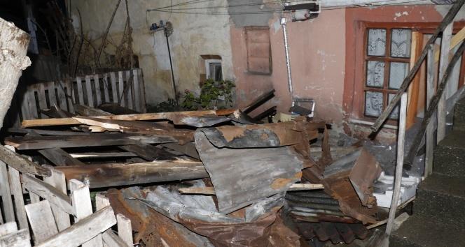 Zonguldak'ta etkili olan fırtına evin çatısını uçurdu