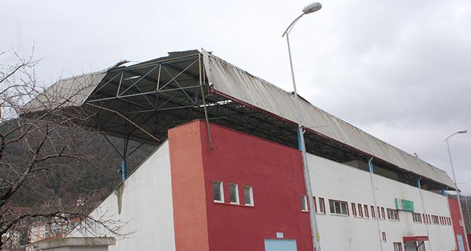 Kastamonu'da şiddetli fırtına stadyumun çatısını uçurdu