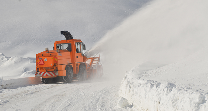Şırnak'ta karlı yollarda çalışma yapan ekipler havadan görüntülendi