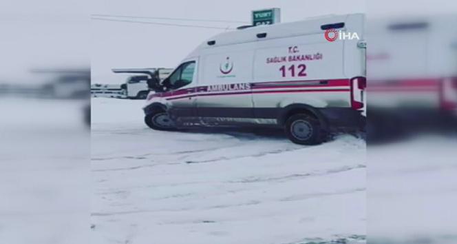 Ambulansla karlı zeminde drift