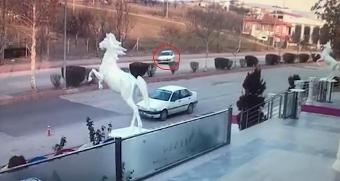 Lastiği patlayan otomobilin kaza anı kamerada
